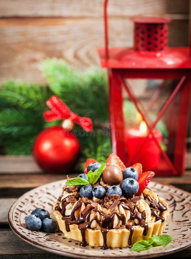 Torta do chocolate de Banoffee decorada com chocolate, mirtilo fresco foto de stock royalty free
