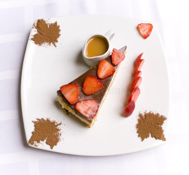 Torta do chocolate decorada com morango fotos de stock royalty free