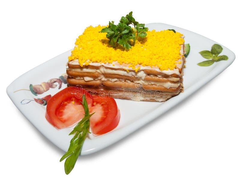 Torta do cogumelo polvilhada com o ovo raspado e as ervas decorados com uma fatia de tomate fotos de stock