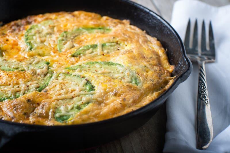 Torta do fritatta do ovo do queijo do abacate imagem de stock