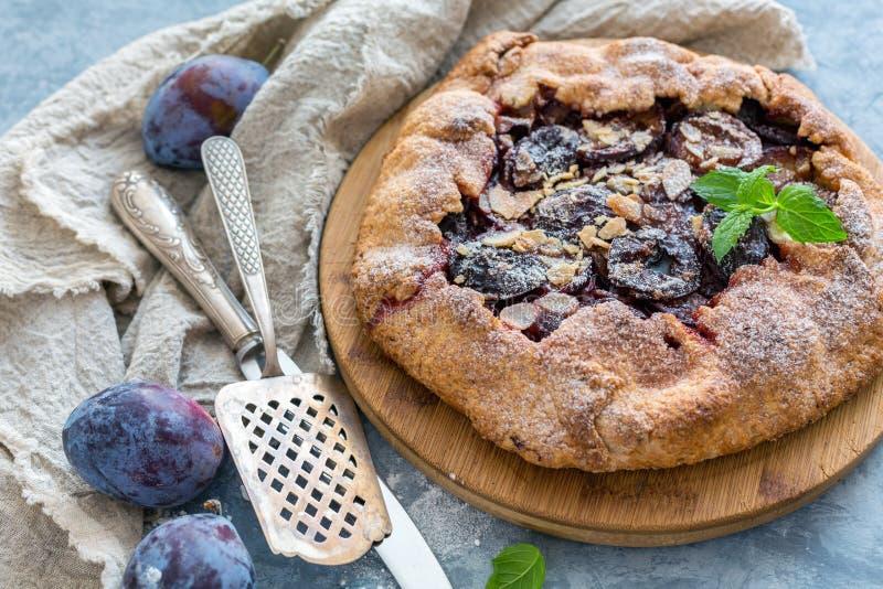 Torta do fruto com ameixas, flocos da amêndoa e hortelã fotos de stock royalty free