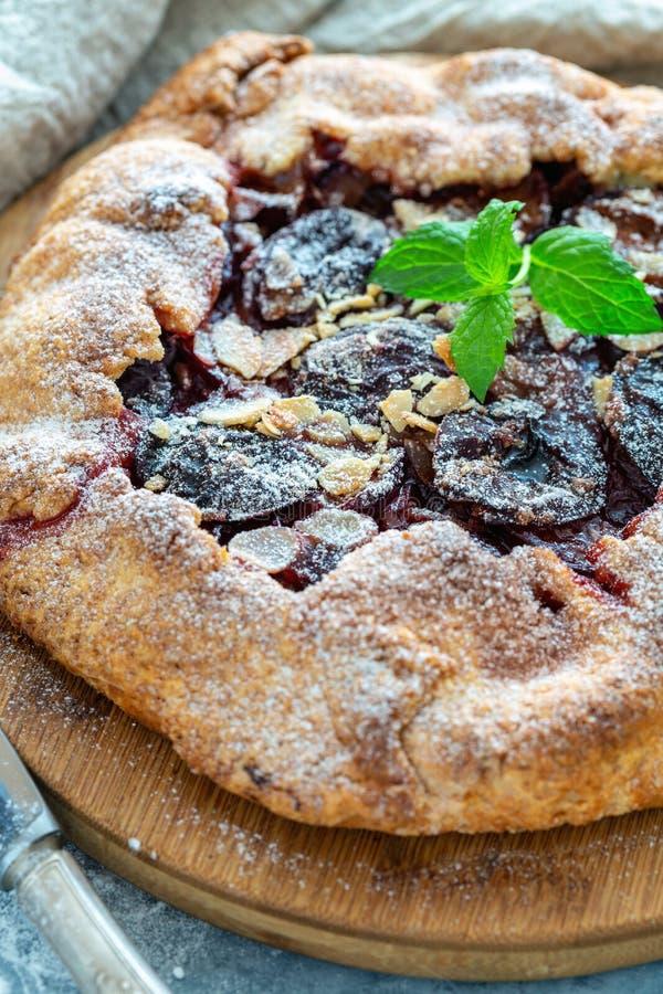 Torta do fruto com ameixas, flocos da amêndoa e hortelã imagem de stock royalty free