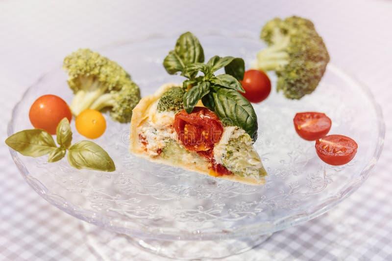 Torta do vegetariano e vinho deliciosos, quiche com tomates, brocc fotos de stock royalty free