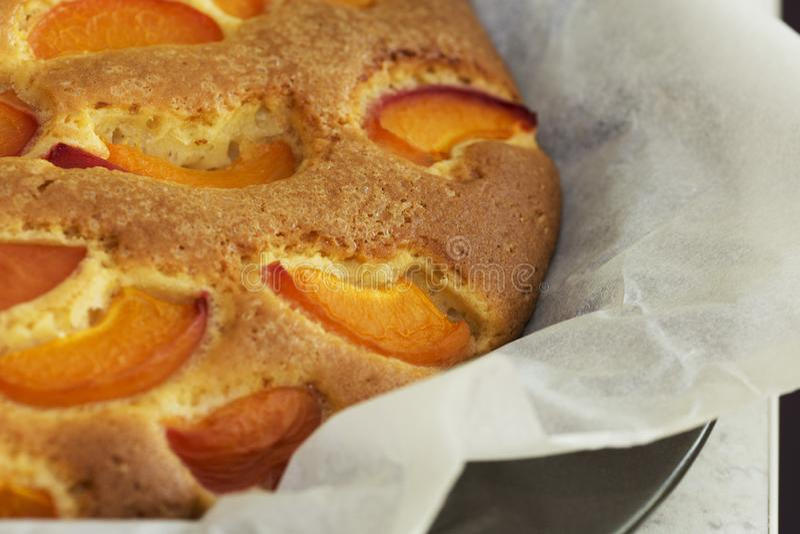 Torta doce caseiro deliciosa dos abricós fotografia de stock