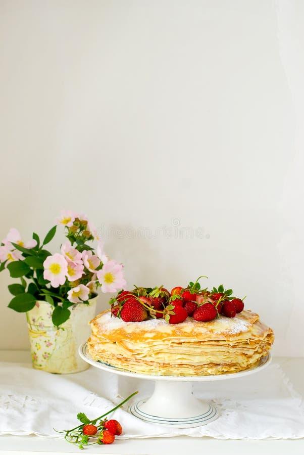 Torta dos Blinis com srawberry imagens de stock