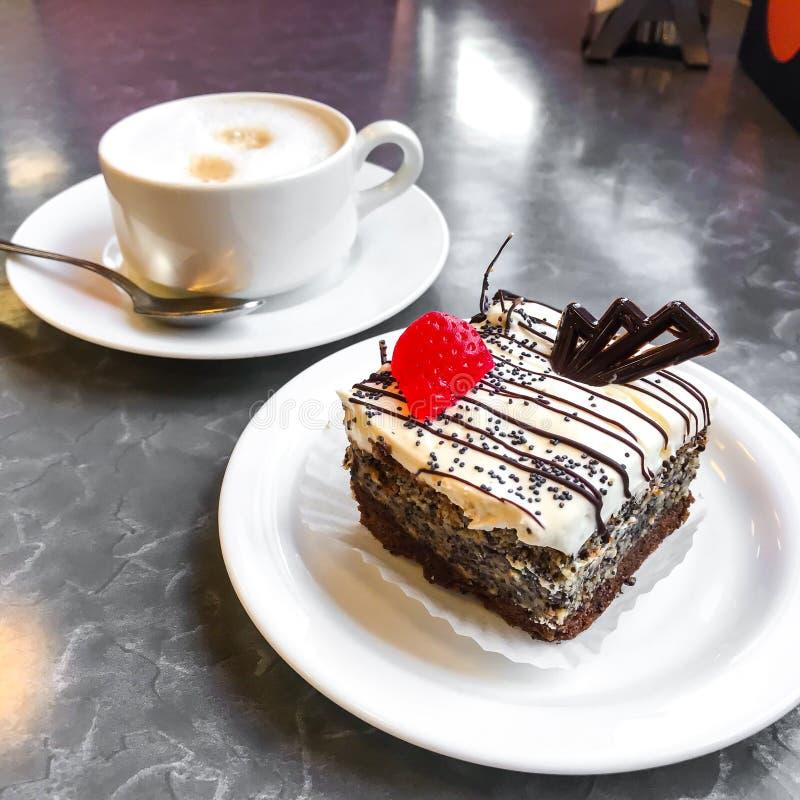 Torta dulce, postre con crema y semillas de amapola, café imagen de archivo