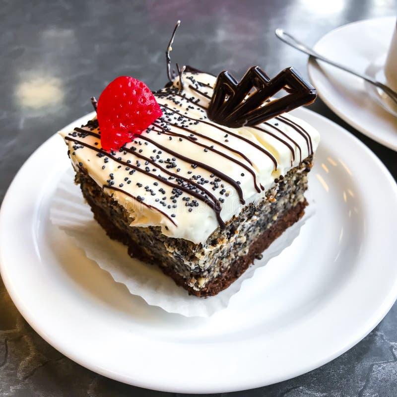 Torta dulce, postre con crema y semillas de amapola, café foto de archivo libre de regalías