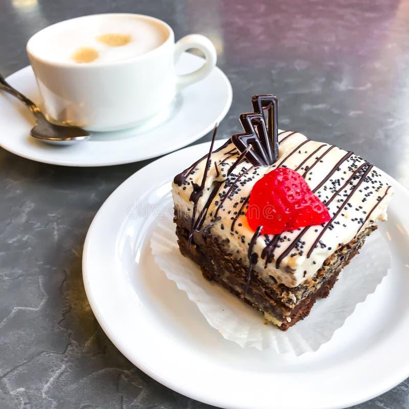 Torta dulce, postre con crema y semillas de amapola, café imagenes de archivo