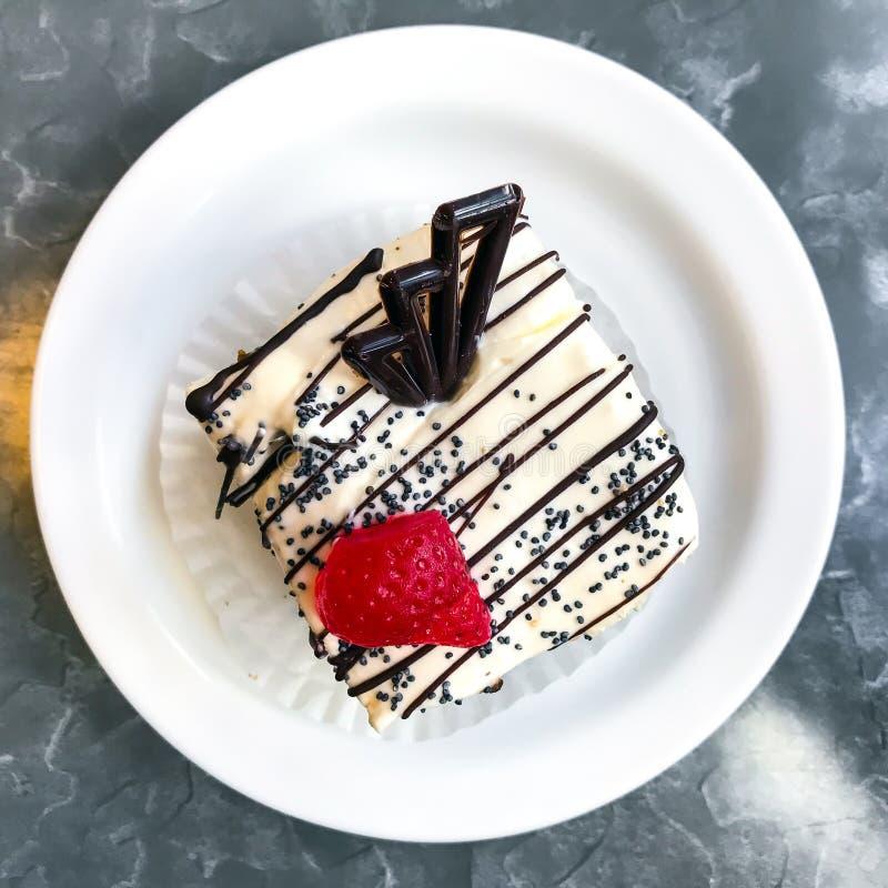 Torta dulce, postre con crema y semillas de amapola, café fotografía de archivo libre de regalías
