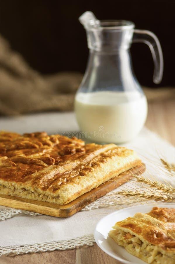Torta e brocca di appoggio di latte fotografia stock libera da diritti