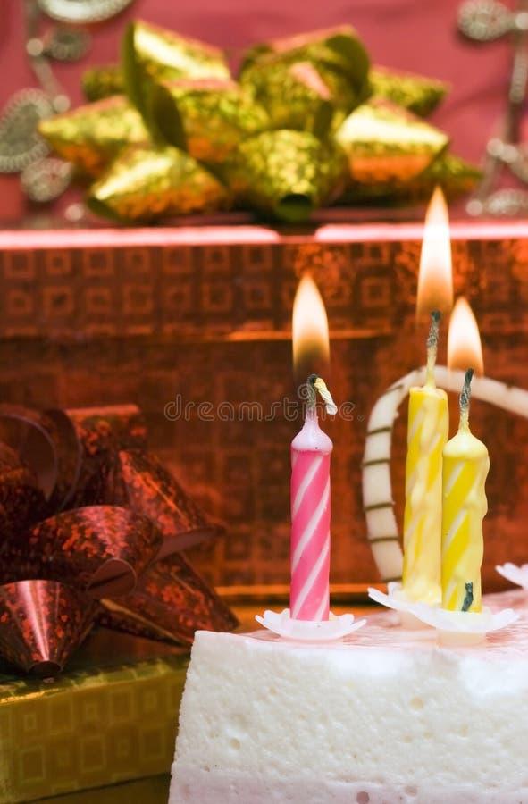 Torta e candele fotografie stock libere da diritti