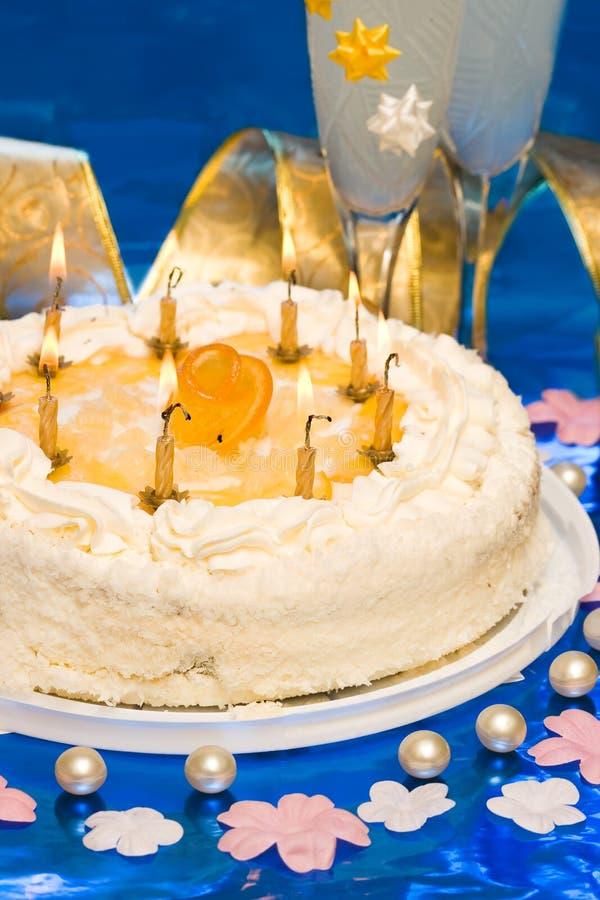 Torta e candele fotografia stock libera da diritti