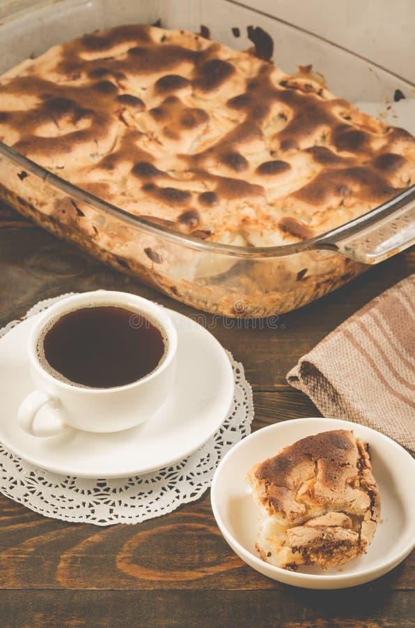 torta e copo da torta fresca perfumada do café preto e copo frescos do café preto perfumado em um fundo de madeira fotos de stock royalty free