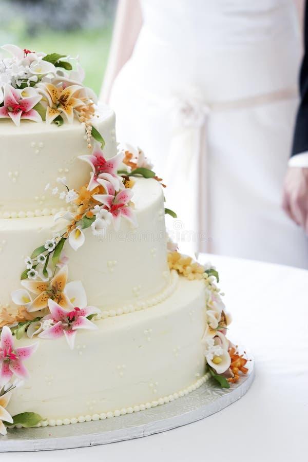 Torta e coppie di cerimonia nuziale fotografia stock libera da diritti