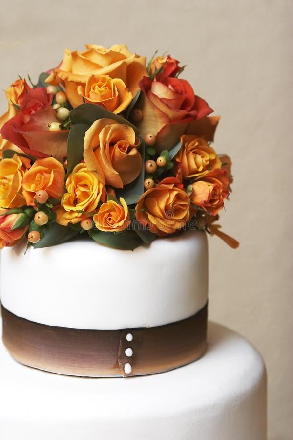 Torta e fiori di cerimonia nuziale immagini stock libere da diritti