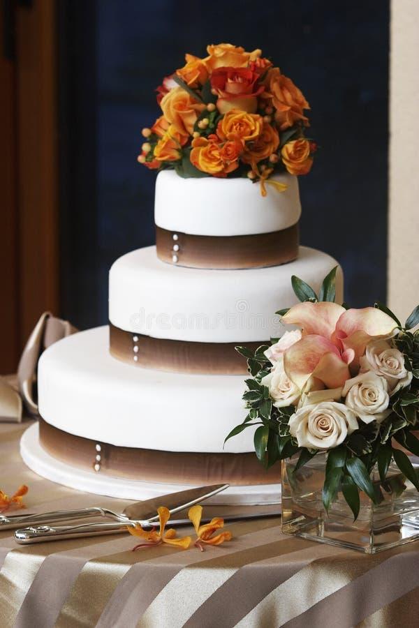 Torta e fiori di cerimonia nuziale immagine stock libera da diritti