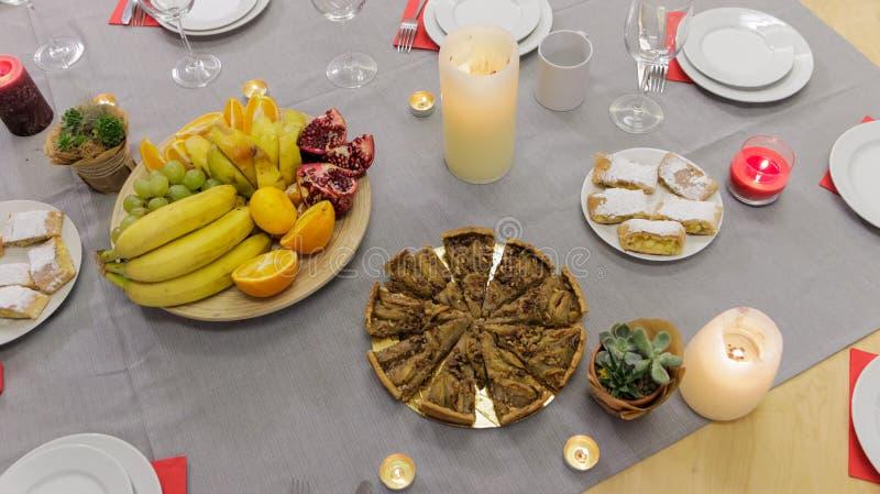 Torta e frutos na tabela festiva imagem de stock