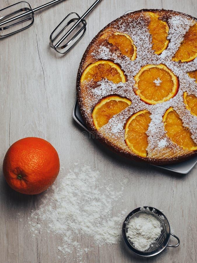 Torta e ingredientes alaranjados fotografia de stock