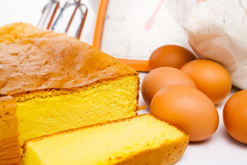 Torta e ingredientes de esponja fotos de archivo