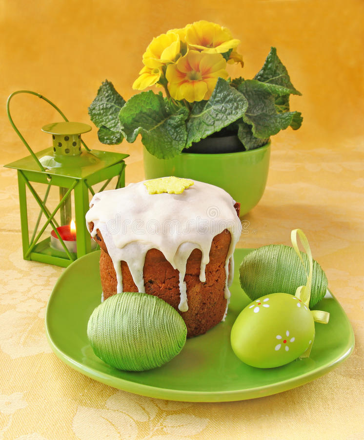Torta ed uova di Pasqua fotografie stock libere da diritti