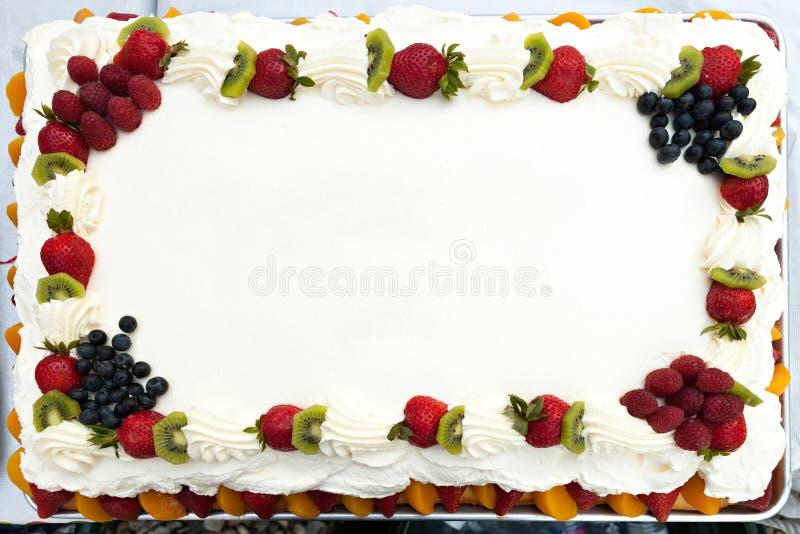 Torta en blanco con la fruta imágenes de archivo libres de regalías
