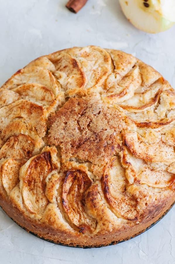 Torta fácil del té de la manzana en una servilleta de lino Fondo y clos blancos fotografía de archivo