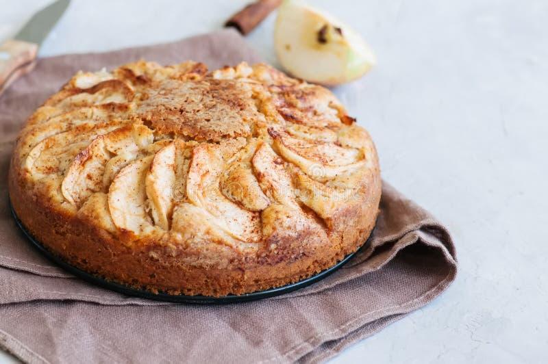 Torta fácil del té de la manzana en una servilleta de lino Fondo y clos blancos foto de archivo libre de regalías