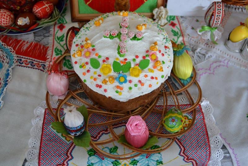 Torta festiva de Pascua en la bandeja de Brown fotografía de archivo libre de regalías