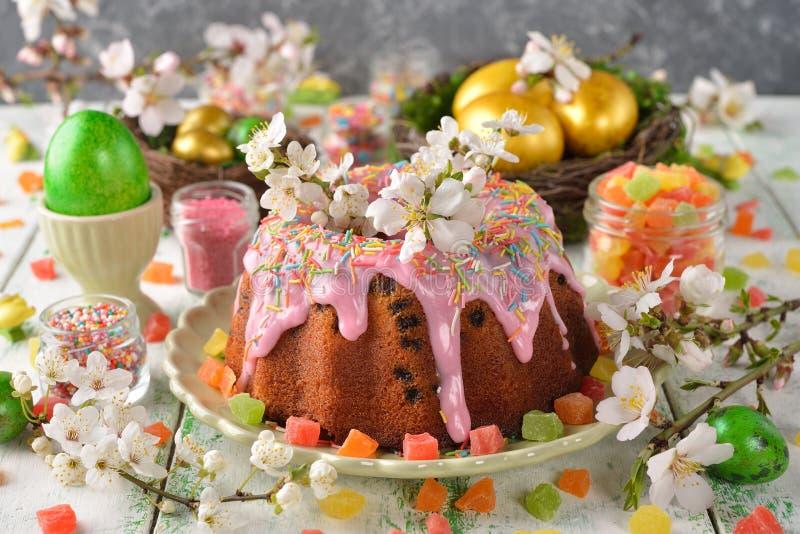 Torta, flores y huevos de Pascua fotos de archivo libres de regalías