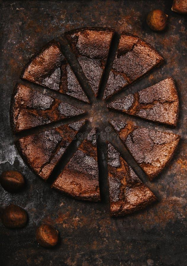 Torta Flourless de la castaña del chocolate cortada en pedazos imagen de archivo