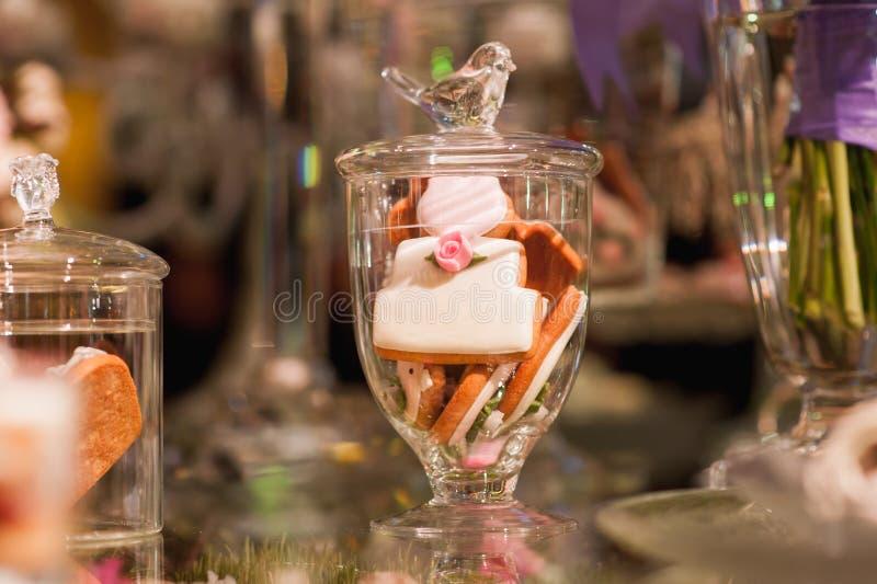 Torta francesa respetuosa del medio ambiente de los makarons en la tabla imagen de archivo libre de regalías