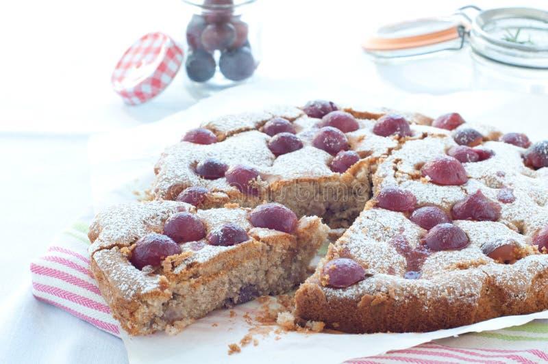Torta fresca con la estación de la uva roja y el azúcar de formación de hielo imágenes de archivo libres de regalías