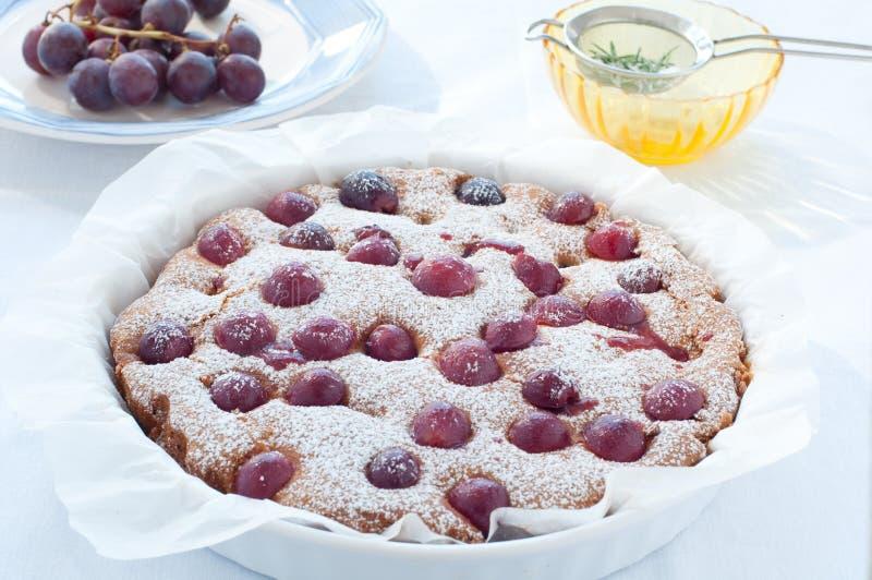 Torta fresca con la estación de la uva roja y el azúcar de formación de hielo imagenes de archivo
