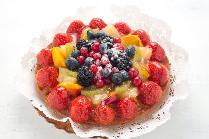 Torta fresca con la fruta roja foto de archivo