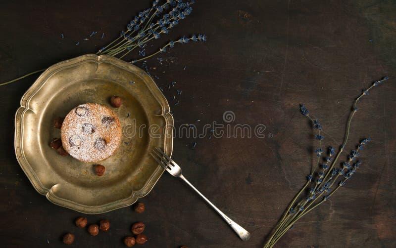 Torta fresca de Charlotte en fondo de madera Visión superior imagenes de archivo