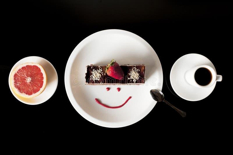 Torta fresca de la fresa en la placa blanca con la taza de café y de pomelo imágenes de archivo libres de regalías