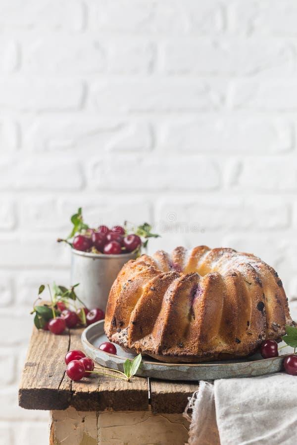 Torta fresca del bundt con la cereza fotografía de archivo