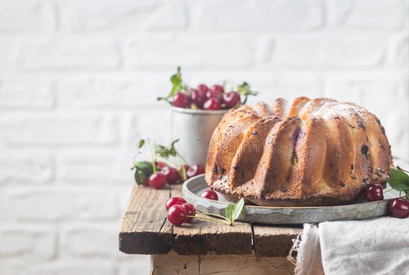Torta fresca del bundt con la cereza imagen de archivo