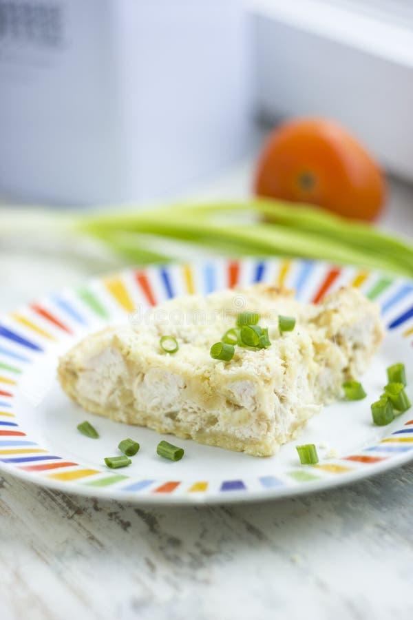 Torta friabile casalinga con il pollo fotografia stock