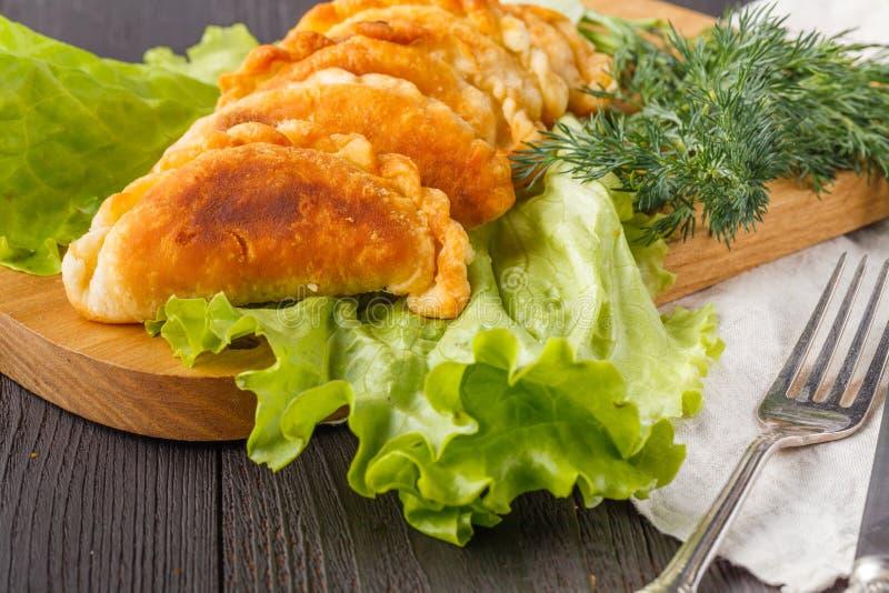 Torta fritada com carne e molhos Empanada caseiro quente Petisco delicioso imagem de stock royalty free