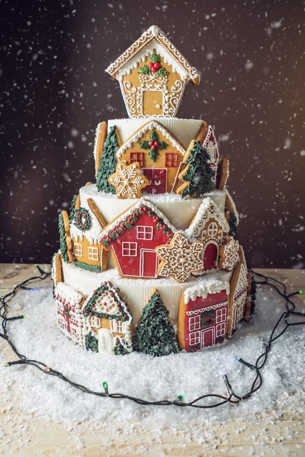 Torta grande de la Navidad adornada con las galletas del pan de jengibre y una casa en el top Concepto de los postres por el Año  fotos de archivo libres de regalías