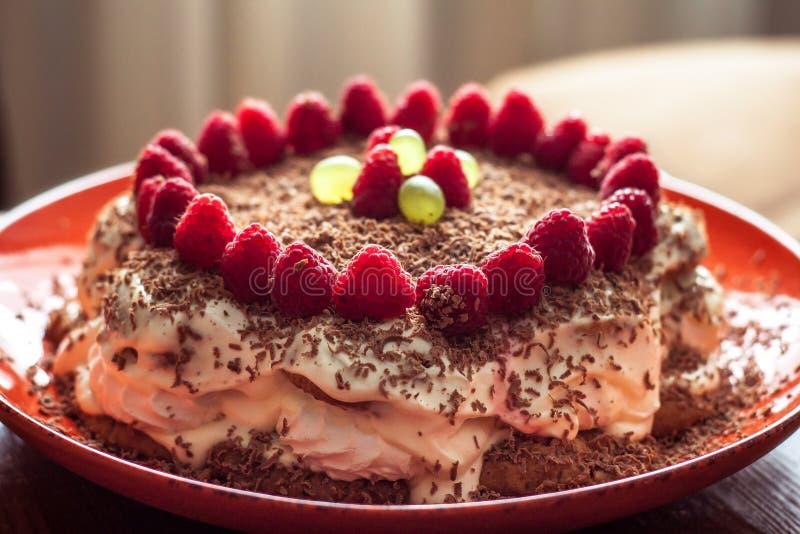 Torta hecha en casa con las frambuesas y el chocolate fotos de archivo libres de regalías