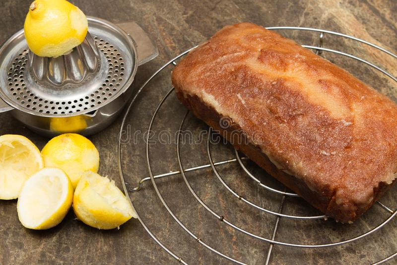 Torta hecha en casa de enfriamiento de la llovizna del limón imagen de archivo