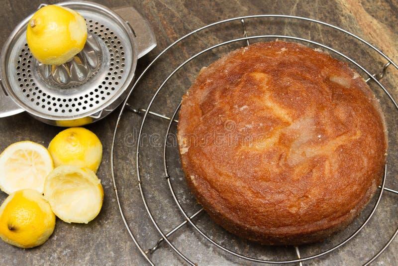 Torta hecha en casa de enfriamiento de la llovizna del limón imagen de archivo libre de regalías