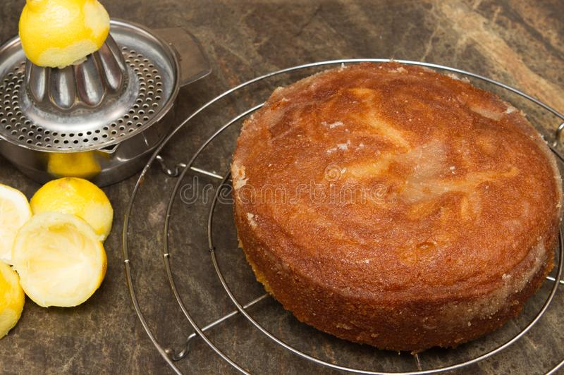 Torta hecha en casa de enfriamiento de la llovizna del limón imágenes de archivo libres de regalías