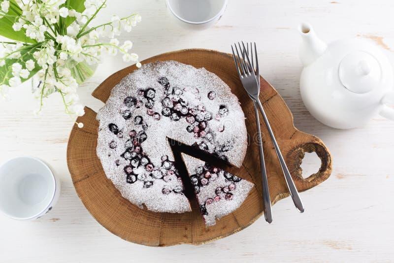 Torta hecha en casa de la baya con la harina de la cereza de pájaro en azúcar de formación de hielo sabroso fotos de archivo