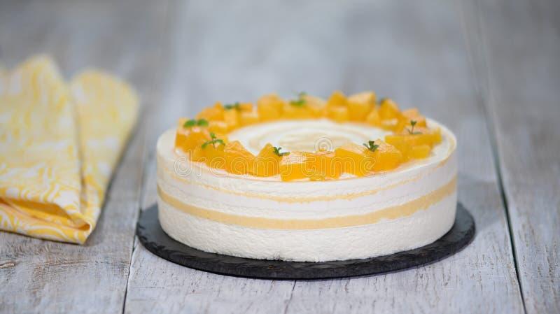 Torta hecha en casa de la crema batida con con los melocotones Postre delicioso foto de archivo libre de regalías