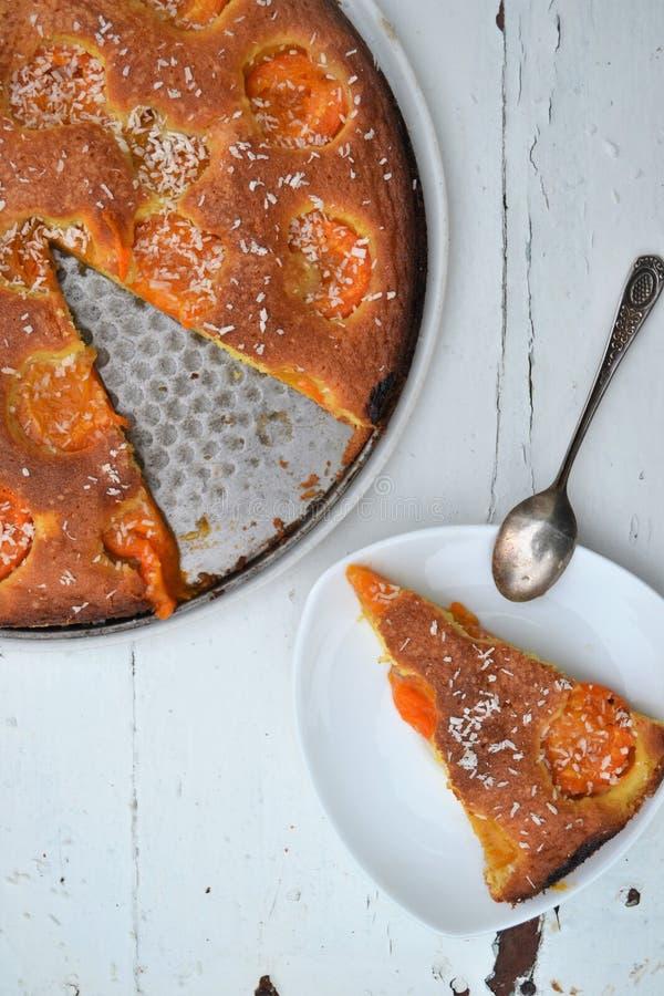 Torta hecha en casa de la fruta Torte americano original con los albaricoques foto de archivo