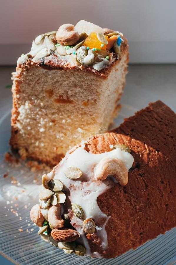 Torta hecha en casa de Pascua adornada con la formación de hielo, nueces, fruta escarchada imagen de archivo libre de regalías