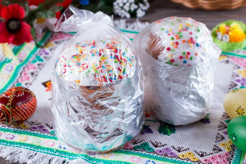 Torta hecha en casa de Pascua con con la decoración tradicional imagen de archivo libre de regalías